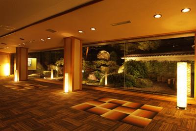 廊下から大型ガラスで庭を見せる