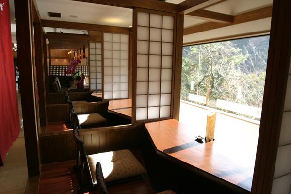 武庫川の景色を前室から望める食事処