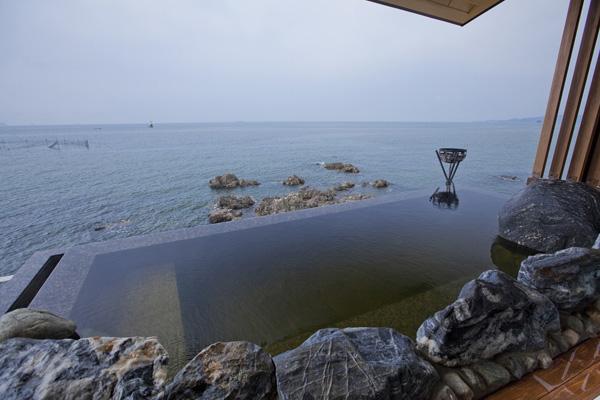 天海の湯 露天風呂は海と一体化