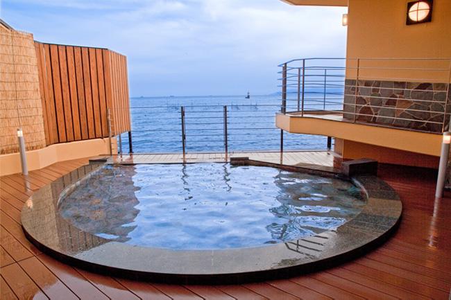 子供プール 水を抜いてベンチとなる。